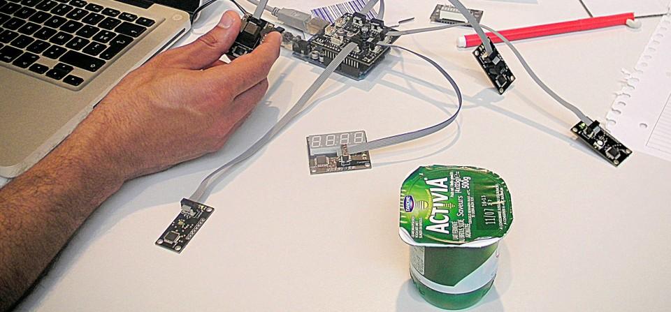 Un creatif de chez ETO fait les derniers réglages avant un test Arduino
